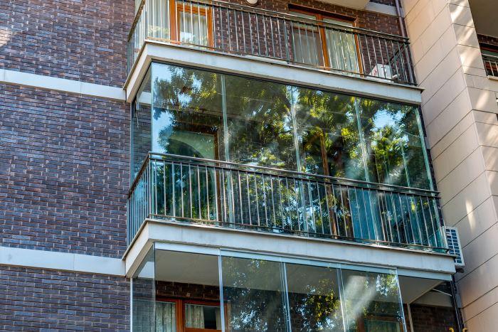 Какие виды остекления балконов бывают?